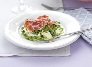 Prosciutto crocant, salată de mazăre cu mozzarella şi vinegretă de mentă