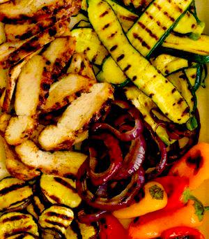 Pui condimentat şi legume la grătar