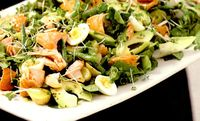 Platou cu somon afumat fierbinte, garnitura de nasturel si salata de cartofi