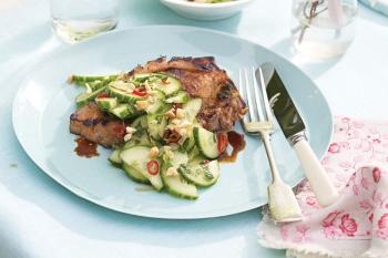 Cotlete de porc chinezeşti cu salata