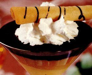 Cupe cu spumă de castane, îngheţată de caramel şi sos de ciocolată