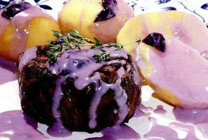 Muşchi de vită cu sos de afine şi cartofi copţi