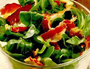 Salata din frunze de spanac cu miez de nuca si kaizer