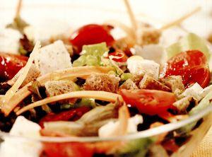 Salată de morcovi noi, brânză şi roşii cherry