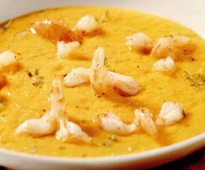Supă-cremă de morcovi şi cimbru cu cozi de creveţi