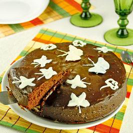 Tort de ciocolată cu fluturi albi