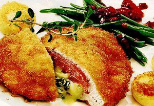 Cordon bleu crocant, umplut cu şuncăşi brânză cu mucegai