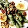 Salata_calda_cu_sparanghel_bacon_ou_de_rata_si_alune_de_padure