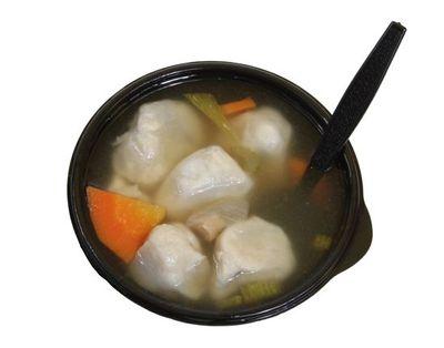 Supa de pui cu topping de orez integral din: carcasa de pui, ceapa, lamaie, dafin, ardei iute, coriandru, chimion, usturoi, orez integral