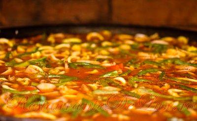 Cum se prepara Paella cu pui si scoici