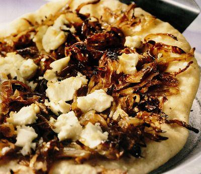 Pizza cu ceapă, brânză feta şi maghiran