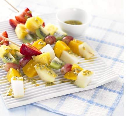 Frigărui de fructe cu sos de fructul pasiunii şi limes