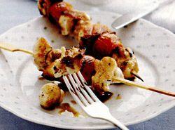 Retete culinare: Frigarui de pui cu salata de morcovi