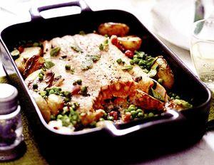 Friptură de somon cu mazăre, cartofi şi bacon