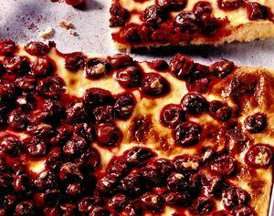 Prăjitură la tavă cu vişine si glazura de smantana