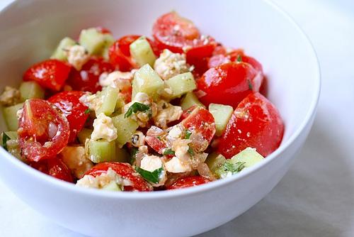 Salată cu roşii cherry şi brânză feta