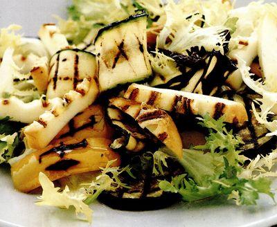 Salată cu legume şi brânză afumată