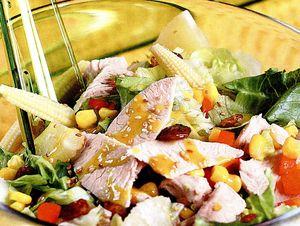 Salată cu piept de curcan si sos de muştar