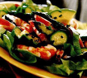 Salată de creveţi, sparanghel şi dovlecei cu avocado