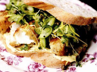 Sandvis cu peste prajit si salata