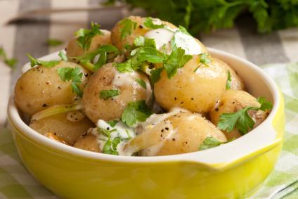 Cartofi noi în coajă cu ceapă verde