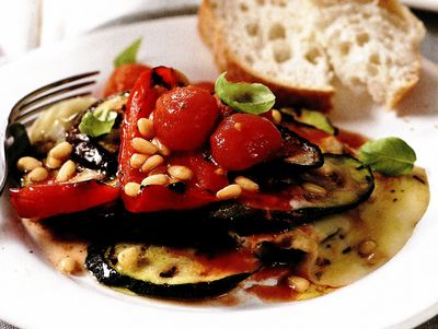 Pachetele de legume rumenite la gratar, cu brânza