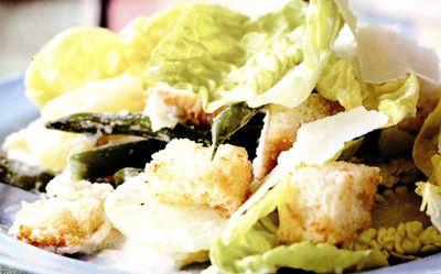 Salata calda cu crutoane de parmezan