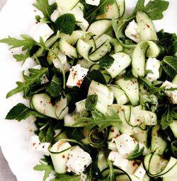 Salată de dovlecei, feta şi mentă