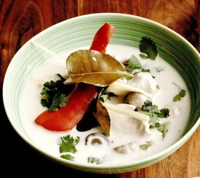 Supă picantă de nucă de cocos şi pui