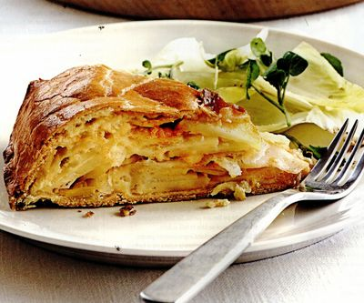 Plăcintă cu brânză, ceapă şi cartofi