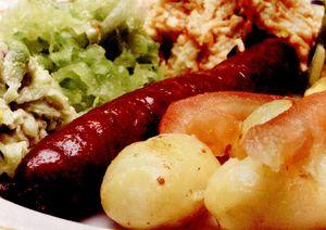 Salată caldă cu cartofi si cârnati