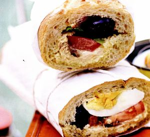 Bagheta umpluta in stil Nicoise