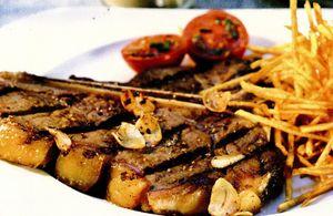 Cotlet de porc şi cartofi pai