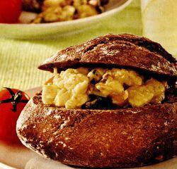 Ouă cu ciuperci în chifle din făină integrală