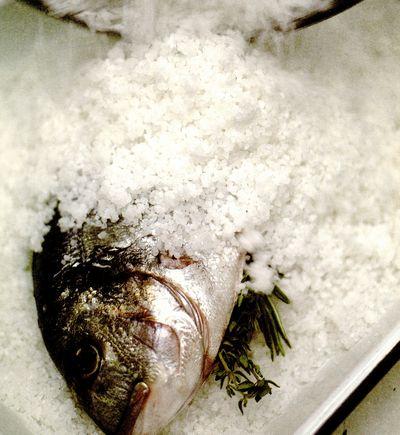 Peşte întreg în crustă de sare