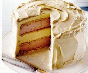 Prăjitură cu ciocolată albă şi îngheţată de căpşuni