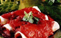 Rulouri cu cremă de brânză si sos de roşii