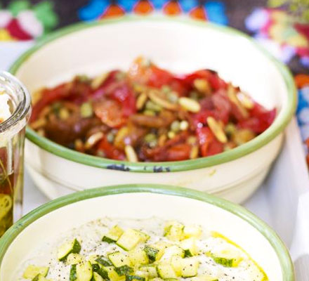 Salată de ardei copţi cu seminţe de pin şi capere
