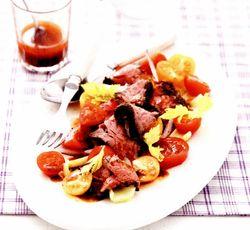 Salată cu friptură de vită şi dressing de hrean