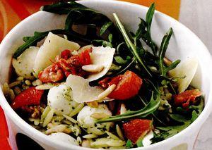 Salată cu mozzarella şi paste scurte