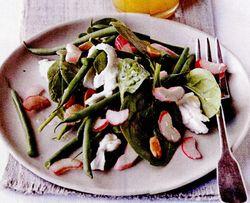 Salată cu rubarbă, fasole verde şi migdale