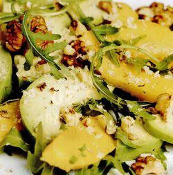 Salata de spanac, mere si rucola cu crutoane in unt si blue cheese