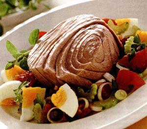 Ton cu roşii marinate, ierburi şi ouă fierte tari
