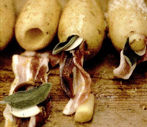 Cartofi copţi, umpluţi cu costiţă, anşoa si salvie