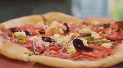 Cum se prepara Pizza greceasca (video)