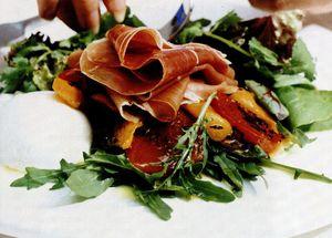 Salată cu ardei copţi şi prosciutto crudo