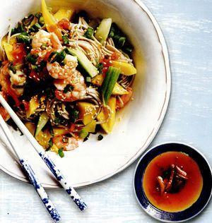 Salată de creveţi, mango şi tăieţei soba