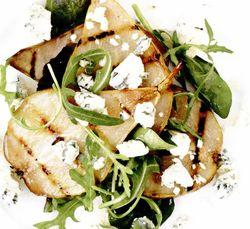 Salată de pere la grătar şi brânză cu mucegai