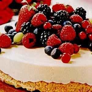 Tort de ciocolată cu îngheţată şi fructe proaspete
