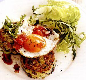 Chiftele de bulgur şi spanac cu ouă şi chutney de roşii